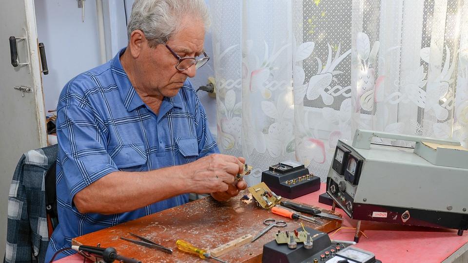 Többet kereshetnek a nyugdíj mellett dolgozók szerdától   hu